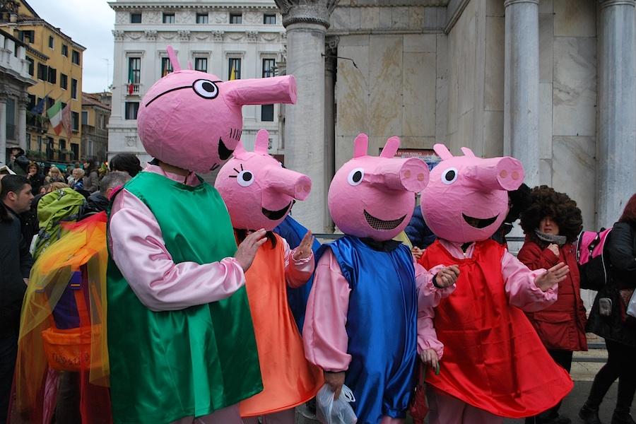 семейство, наряженное в персонахей мультфильма Peppa Pig