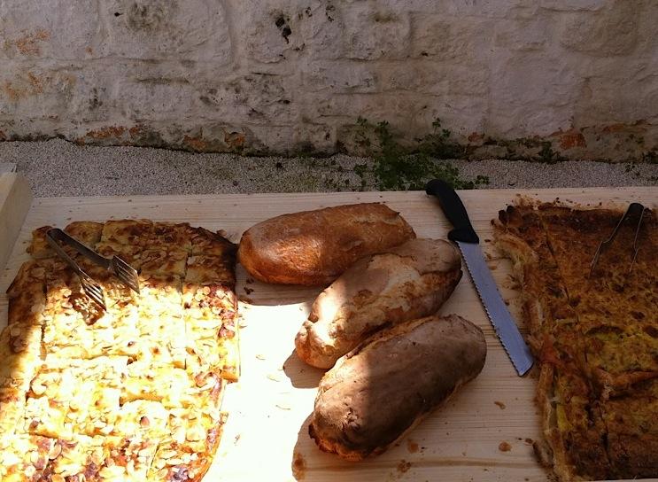 Хлеб и фокачча с помидорами в массерии