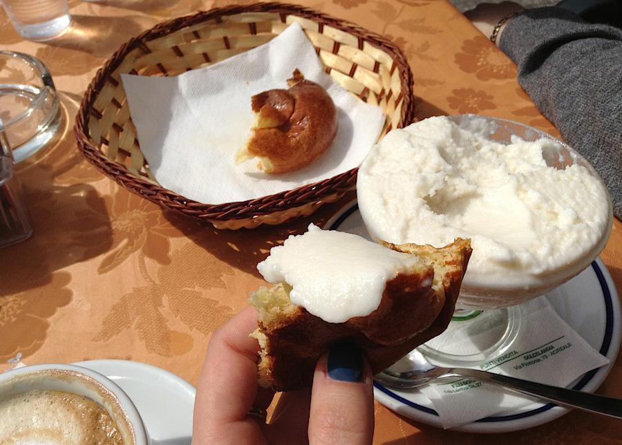 сицилийский завтрак: капучино, бриош и гранита