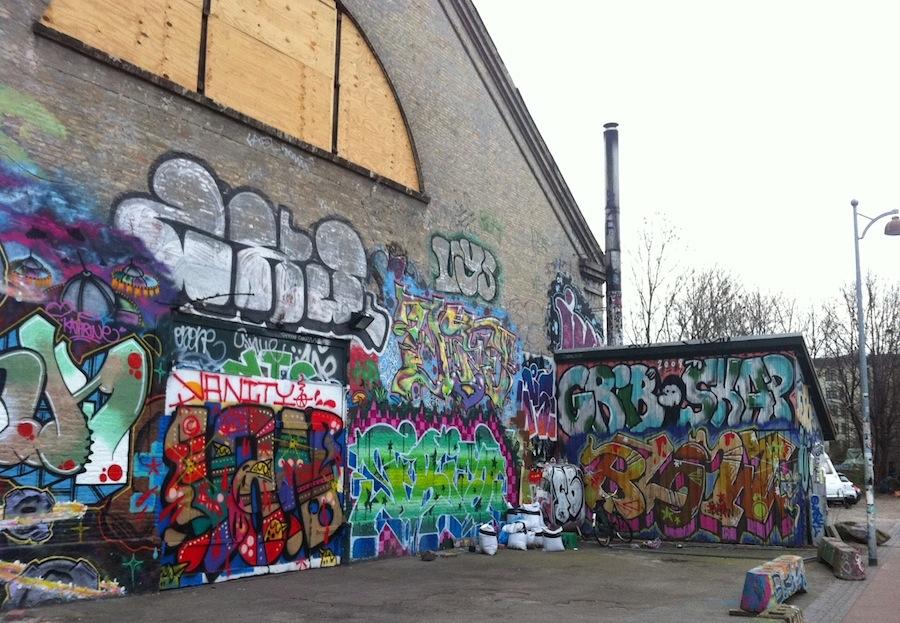расписанные граффити казармы в Христиании