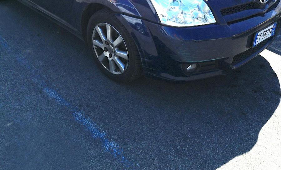 пример синей парковочной разметки