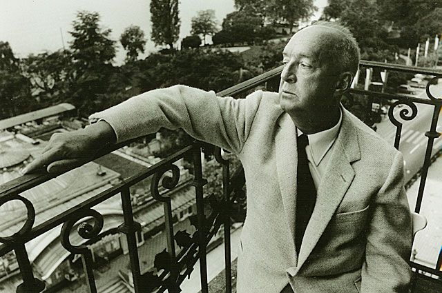 Владимир Набоков на балконе Montreux Palace