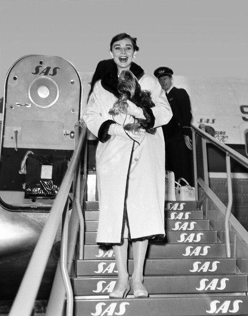 Одри Хепберн на трапе самолета