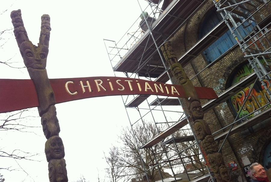 табличка на входе в Христианию