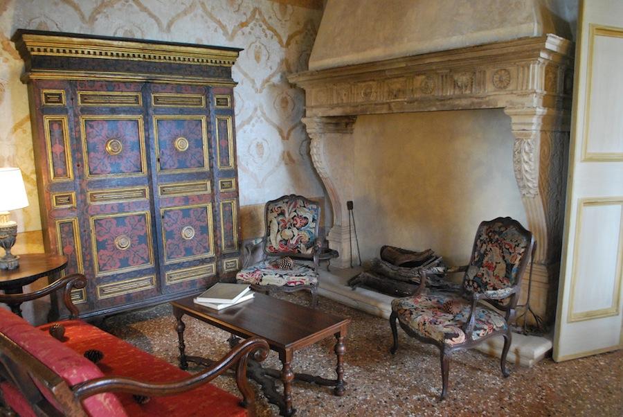 камин на вилле Вескови (Villa dei Vescovi)