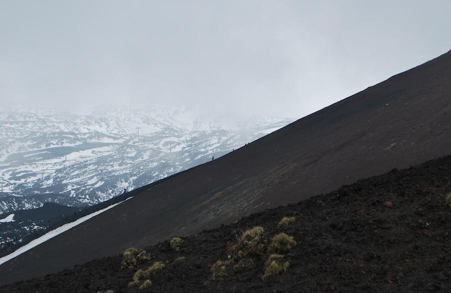 крутой склон Этны и черный вулканический песок