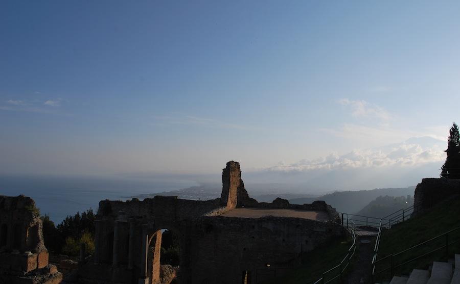 на фотографии не облака, а вид на Этну из древнегреческого амфитеатра Таормины