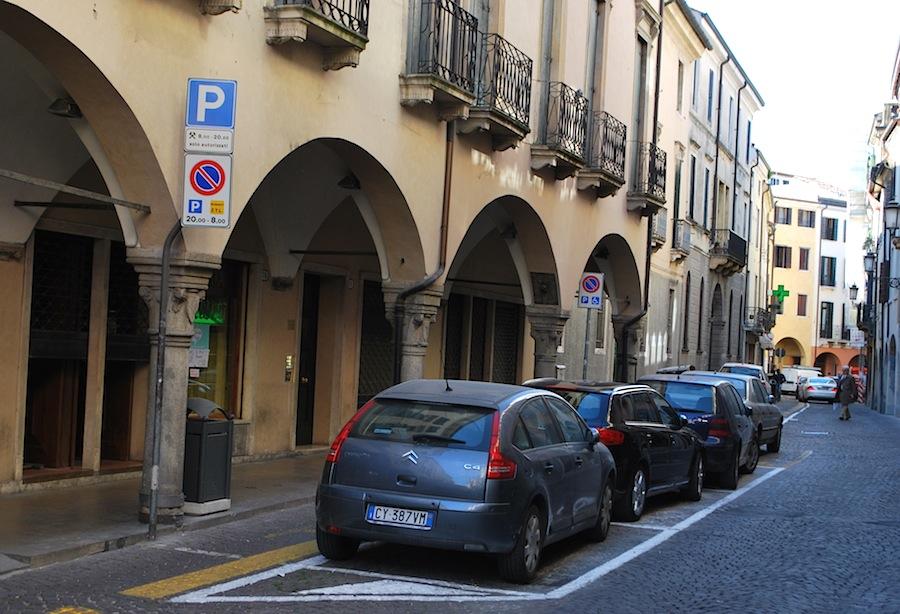 белые парковки с указанием времени парковки