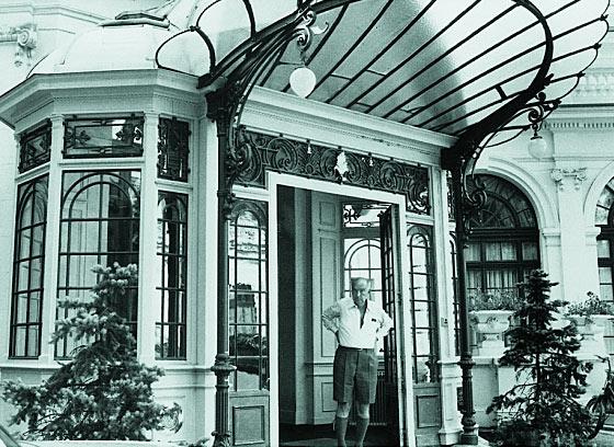 Владимир Набоков перед входов в отель Montreux Palace