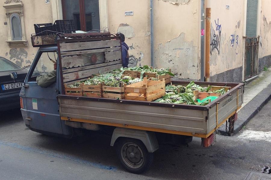 грузовичок, с которого торгуют артишоками
