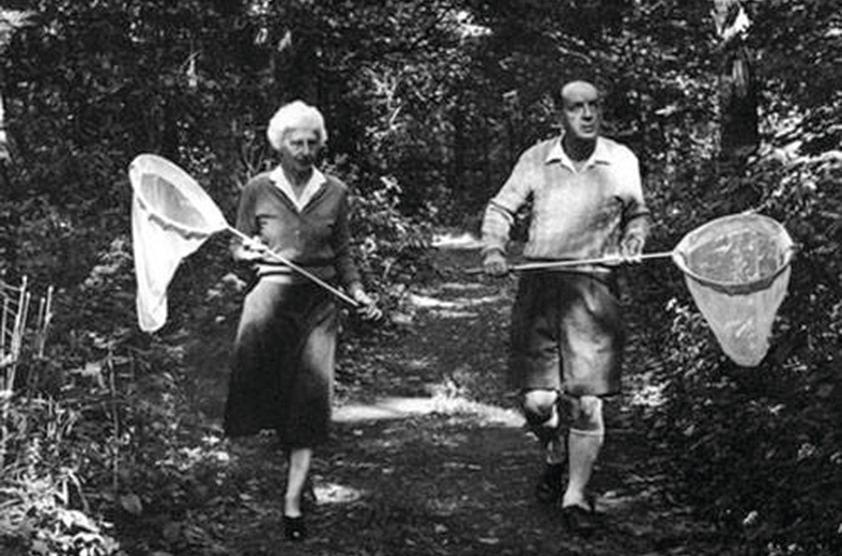 Набоков с женой Верой идет охотиться на бабочек