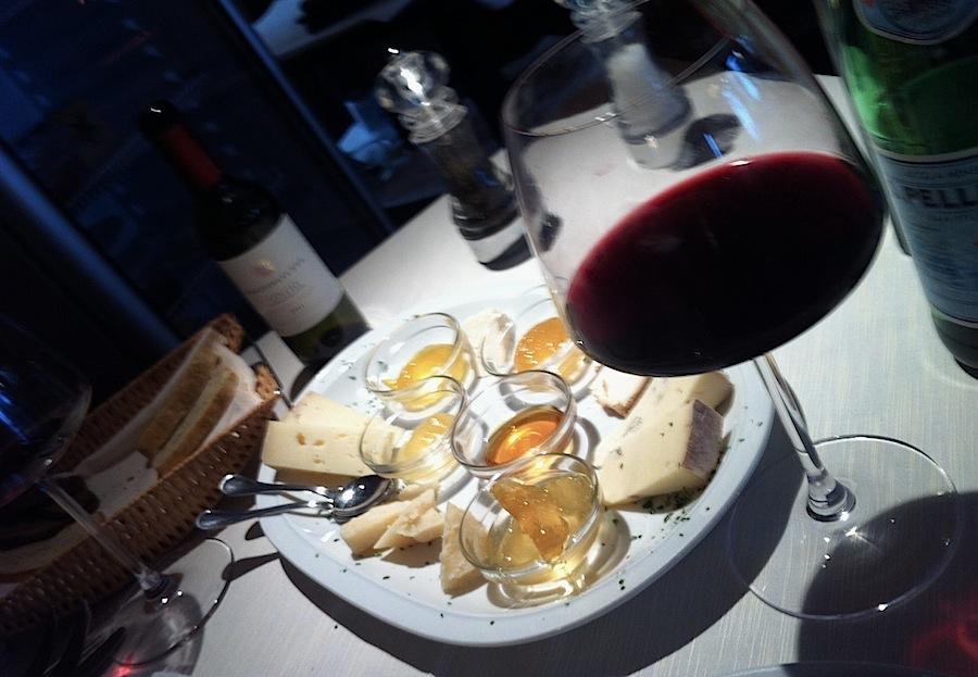 сыры и вино в итальянском баре