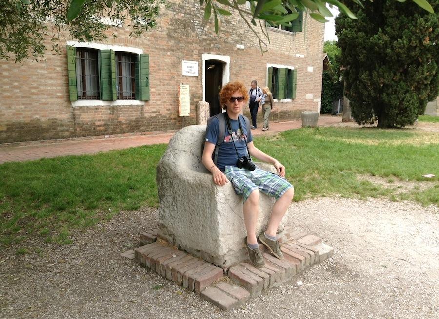 сидеть на троне - любимое развлечение туристов