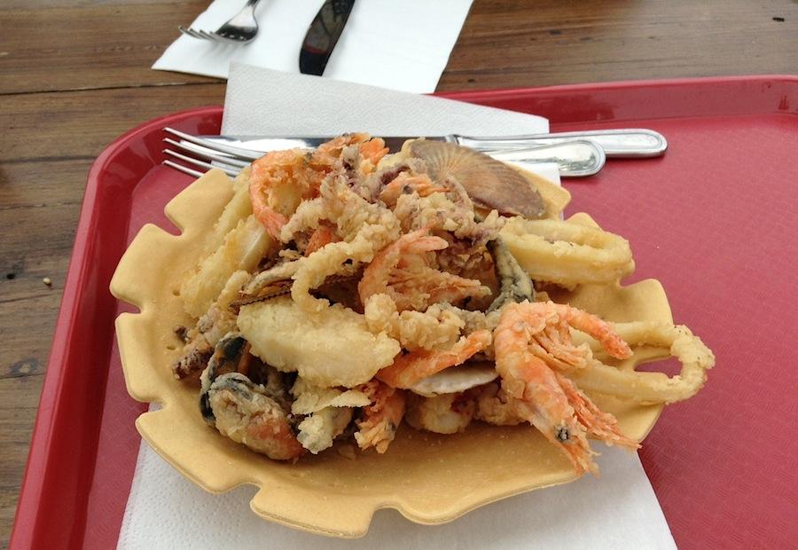 жареные морепродукты на съедобной тарелке