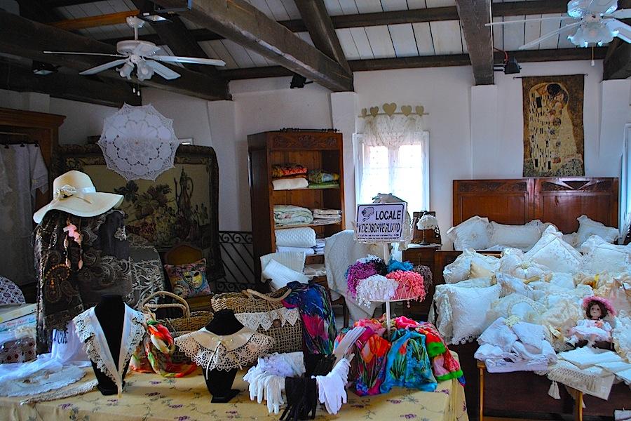 кружевные воротнички и перчатки в мастерской Бурани