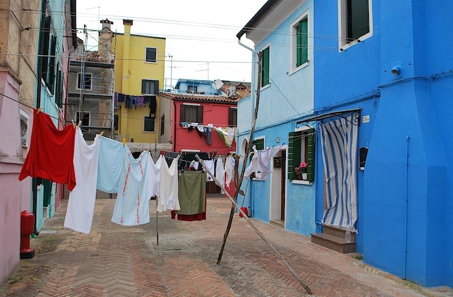 во дворе Бурани сушится белье