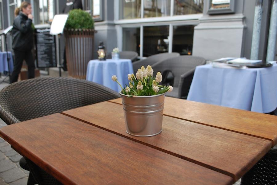 столик на открытой веранде одного из ресторанов