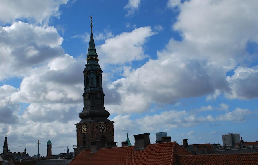красные крыши и зеленые шпили церквей напоминают о старом городе Риге, Копенгаген