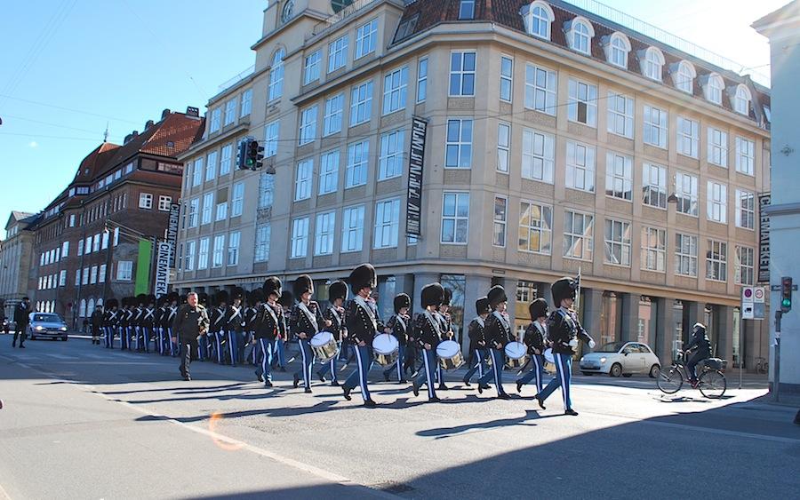 гвардейцы прибывают в Королевкий сад. Копенгаген