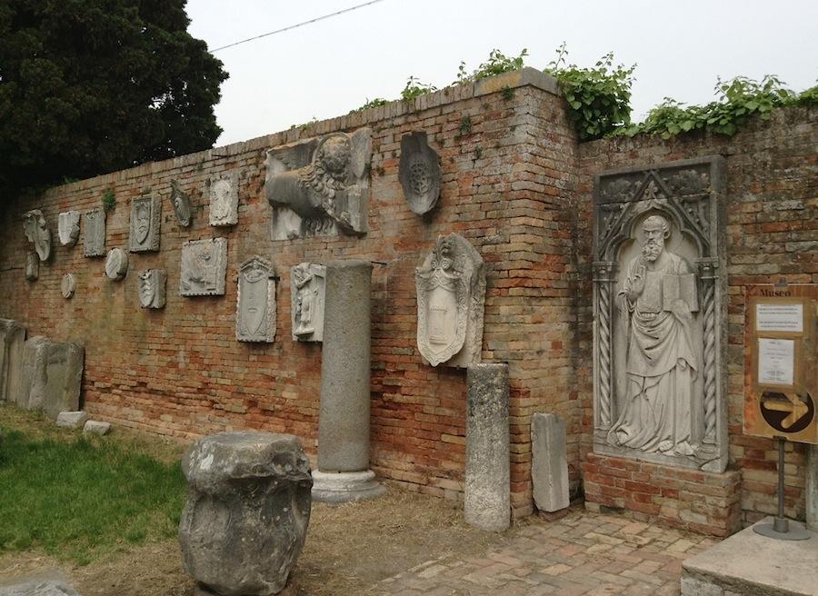 памятные доски и колоны близ собора, Торчелло