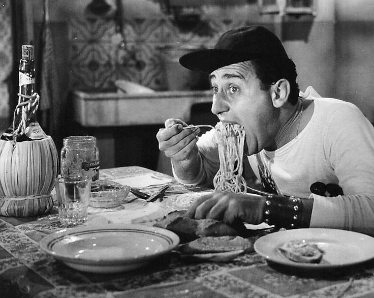 """Альберто Сорди ест спагетти, кадр из фильма """"Американец в Риме"""""""
