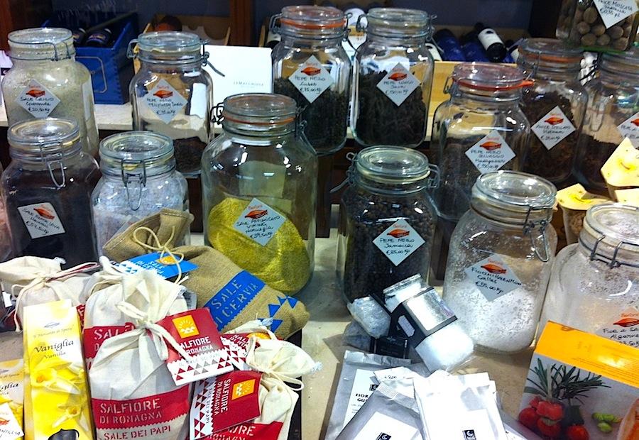 Специи и соли в лавке Baroni, рынок Флоренции