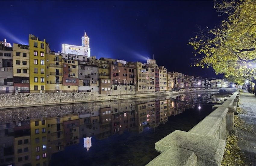 Жирона, Каталония, Испания, цветные дома на берегу реки Оньяр