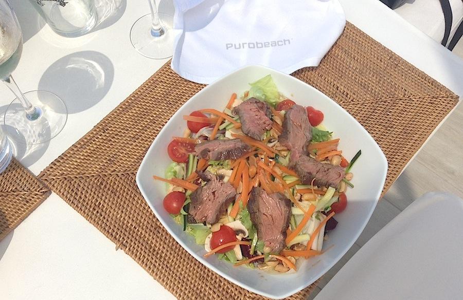 салат в азиатском стиле в ресторане PuroBeach