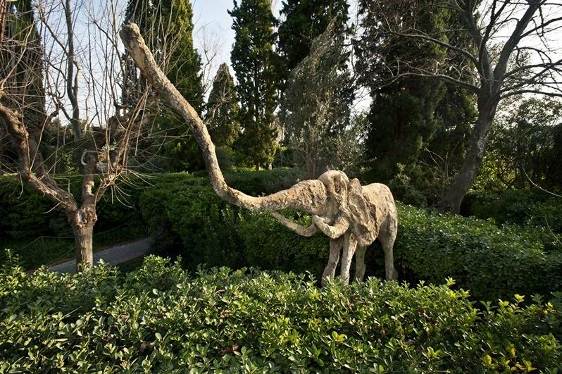 фигура слона в саду замка