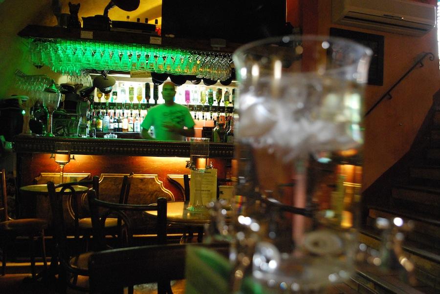 бармен и графин с водой для того, чтобы разбавлять абсент