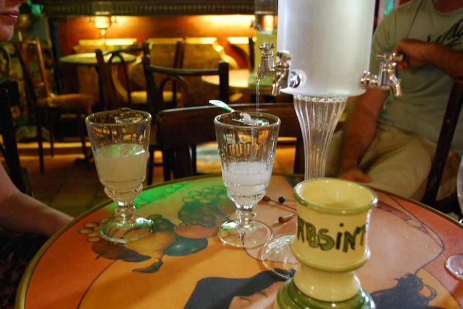 белый и зеленый абсент
