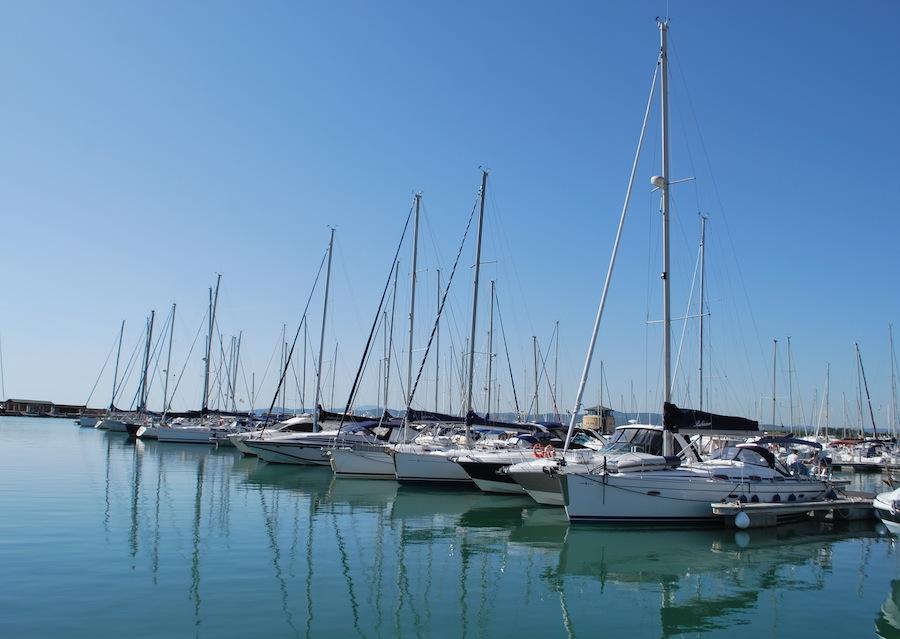 яхты и остров Эльба на горизонте