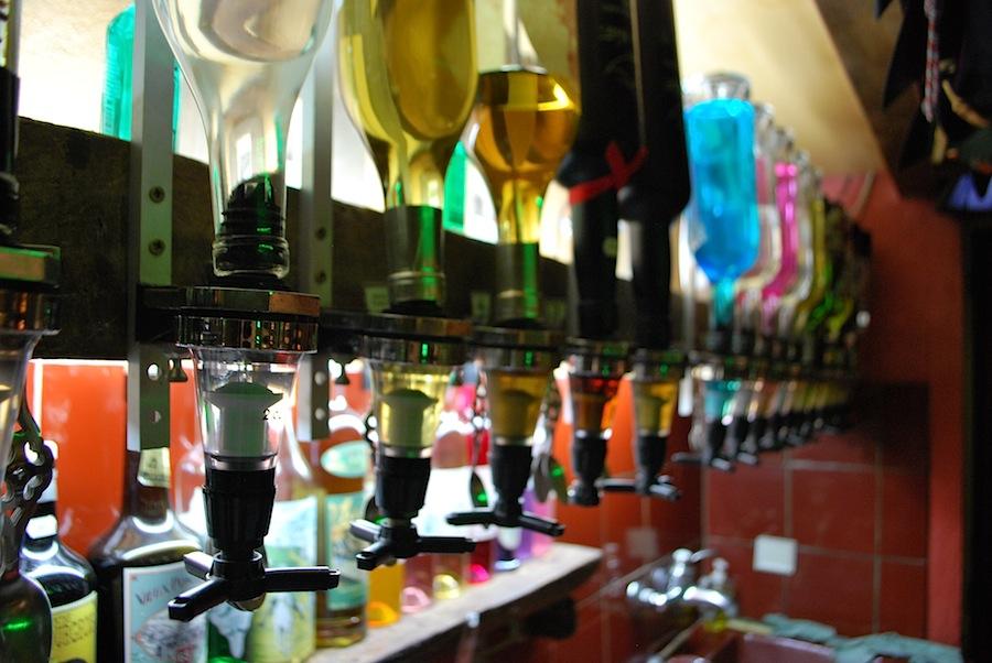 бутылки абсента в баре Absinthe