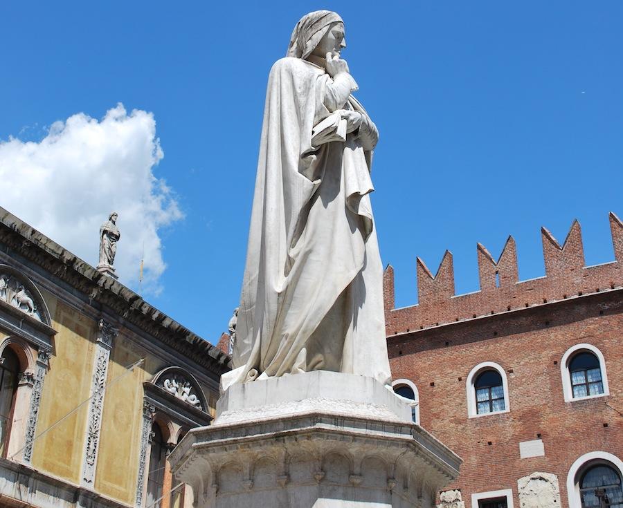 памятник Данте в Вероне напротив дворца Подесты