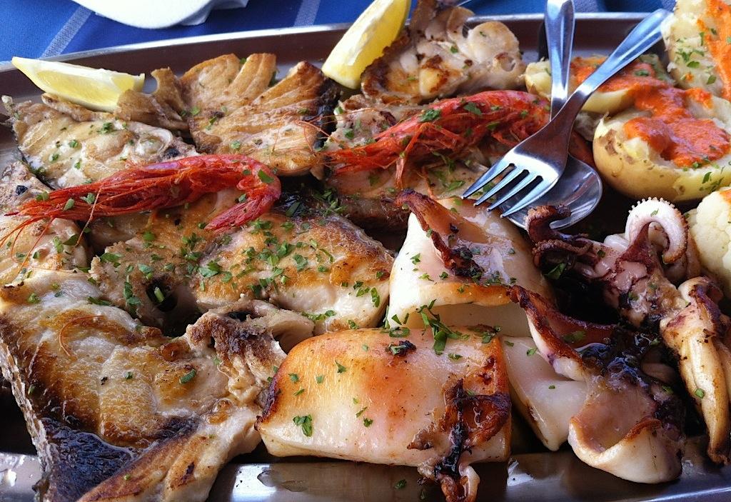 рыба и морепродукты на гриле