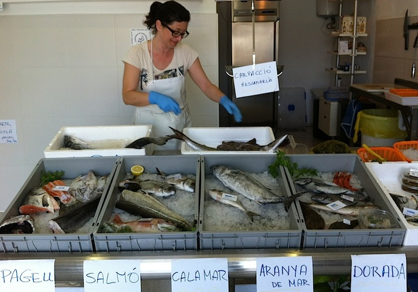 рыбная лавка в Кадакесе, рыба, испанская кухня, рынок Каталонии, Каталония, Испания