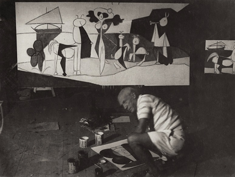 Пабло Пикассо в своей студии в Антибах