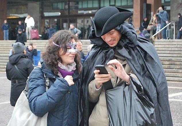 пара чекинится на карнавале в Венеции