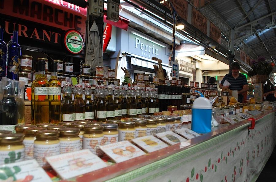 прилавок с оливковым маслом и конфитюром на Провансальском рынке