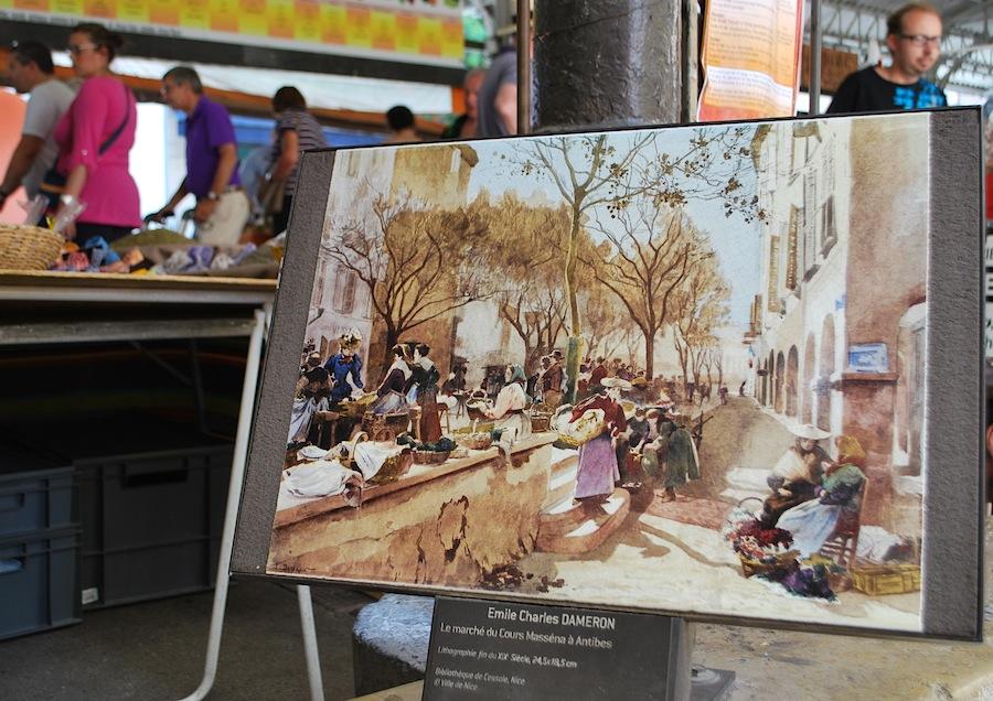репродукция картины Эмиля Чарльза Дамерона «Le marche du Cours Massena a Antibes» на входе в Провансальских рынок, Антиб