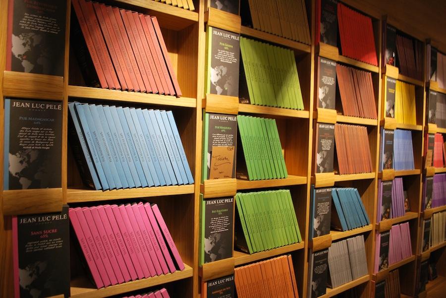 шоколадные плитки в Atelier de Jean-Luc Pelé выполненные в виде книжек на книжных полках.