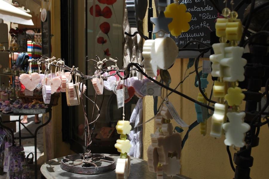 парфюмированное мыло на улочке Граса