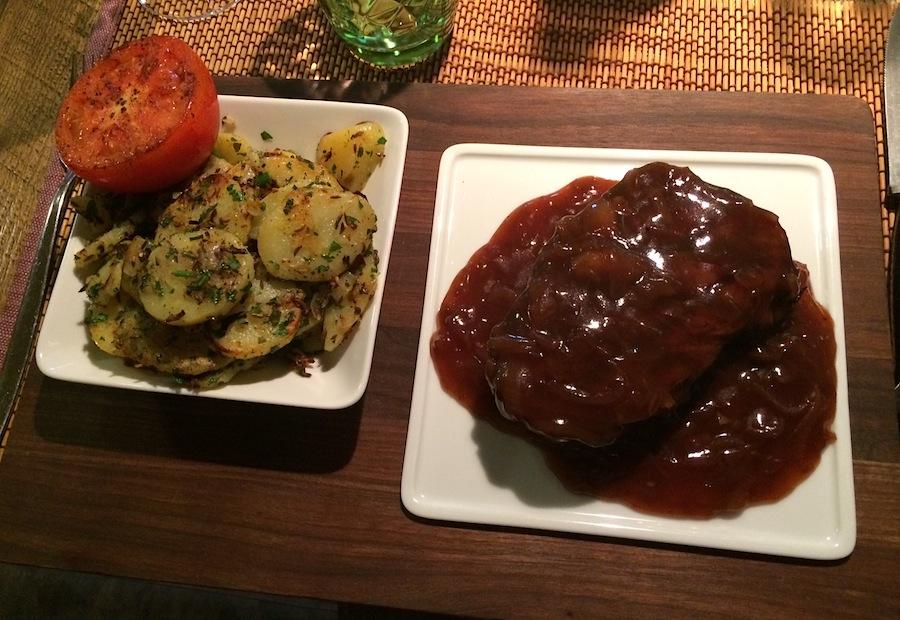картофель и говяжья вырезка в винном соусе