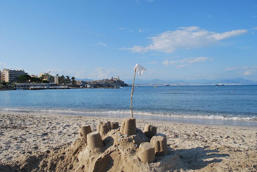 замок из песка на пляже Антиба