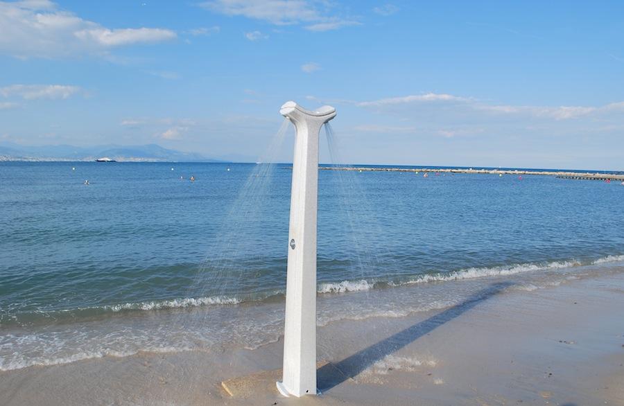 общественный душ на пляже Антиба