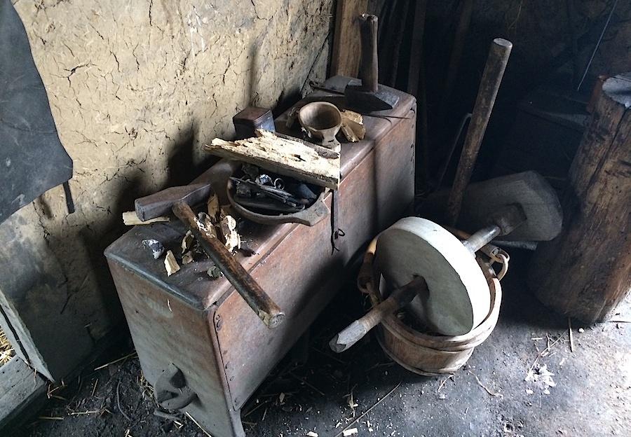 рабочие инструменты в кузнице в деревне викингов