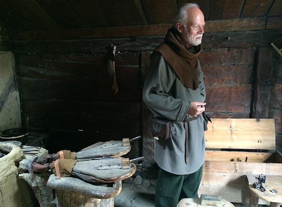 кузнец-викинг на своем рабочем месте