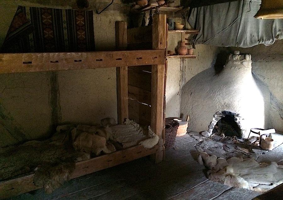 печь и кровати в доме викингов