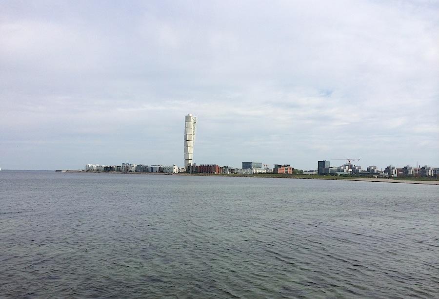 холодное Балтийское море и знаменитая закрученная башня Мельмё