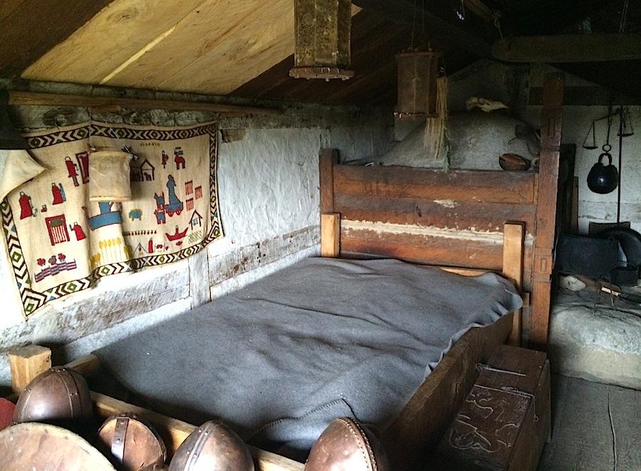 кровать в доме викингов